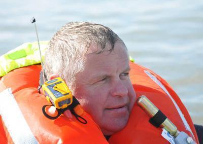 PLB1 man met vest in het water